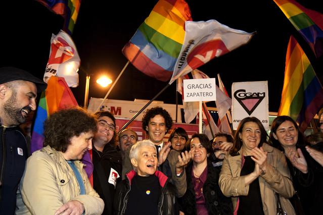 Concentracion en la puerta del Sol del colectivo de Gays y Lesbianas, Soraya Rodriguez y Pedro Zerolo. Imagen Juan Manuel Prats