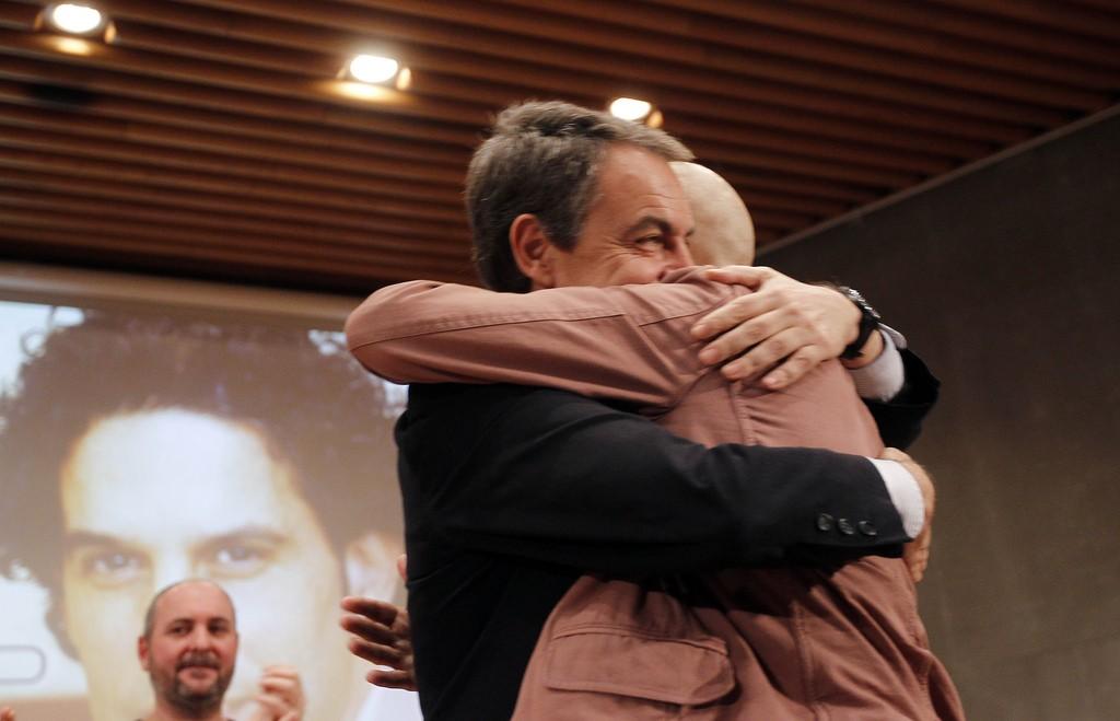 IV Premios Afrosocialistas, Jose Luis Rodríguez Zapatero le entrega el premio a Pedro Zerolo