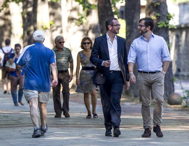 Javier Maroto alcalde de Vitoria y su pareja