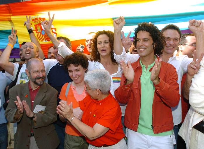 El secretario de Movimientos Sociales del PSOE, Pedro Zerolo y la portavoz del área de Transexuales de la FELGT, Carla Antonelli , celebran en la aprobación. EFE/Paco Campos