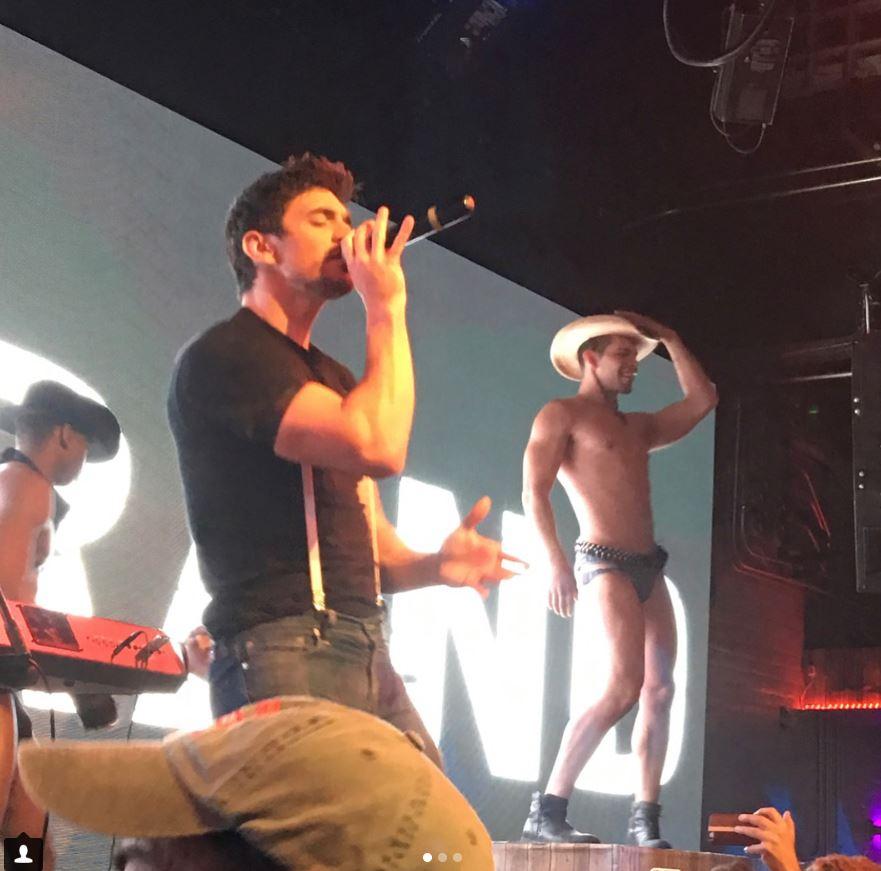 Steve Grand actua en ocasiones junto a bailarines desnudos